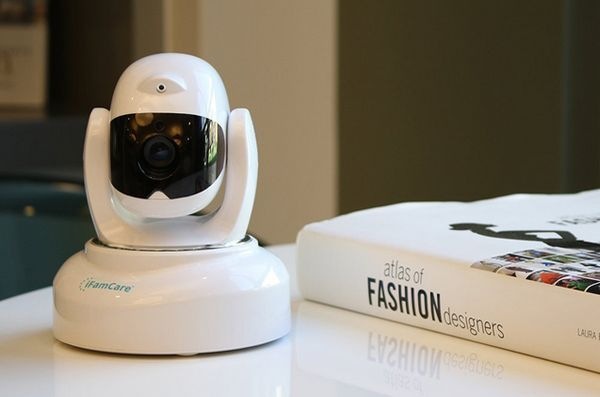 Occhio spiare i miei animali domestici con il casco domestico di ifamcare e monitor per animali domestici